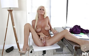 Pinnacle cougar plays with her soaked pussy in marvelous scenes