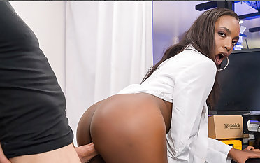 VR BANGERS Bad sexperiment with hot Negro babe less doctor's uniform