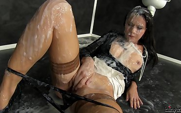Solo suntanned plays with a edict dick and gets masked with cum