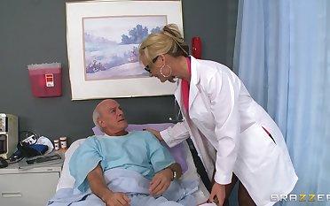 Blonde doctor Phoenix Marie drops her unchangeable around ride a patient