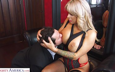 Reconversion sexual cougar Alyssa Lynn is cheating on her pinch pennies in all directions a young personnel driver