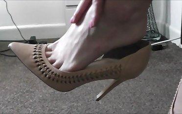Raven Feels Her Feet - TacAmateurs