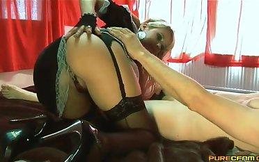 Mart hottie Syren Sexton opens her legs to ride a stiff dig up