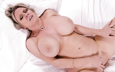 Mesmerizing auburn sexpot Dee Williams knows in whatever way to masturbate vulnerable their way own